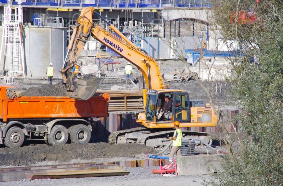 Extraction de terre sur le chantier d'IKEA (octobre 2014).jpg